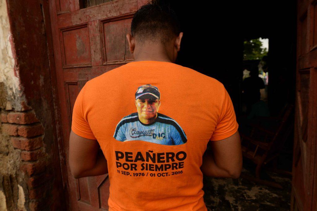 """Gerald Pérez, miembro de los """"Peañeros Tradicionales"""" con la camisa que rinde honor a su hermano Javier Gaitán, quien fue líder de ese grupo de cargadores y murió a los 40 años de edad."""