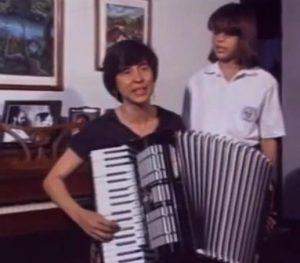 """A los 44 años. Tocando el acordeón mientras canta """"Nicaragua, Nicaragüita"""". Imagen tomada de un vídeo de The Associated Press, AP."""