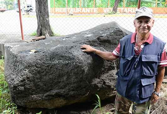 Gigantesca y única, esta piedra podría ser un vestigio del aluvión de 1876, Juan José Lagos (en la foto).