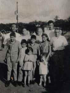 Daisy Cárdenas conserva esta foto en la que, al fondo, aparece ella a la par de Teresa Villatoro quien ya tenía el pelo cano y muy pocas arrugas. En la fotografía sale también la familia de Cárdenas. FOTO CORTESÍA DE DAISY CÁRDENAS.